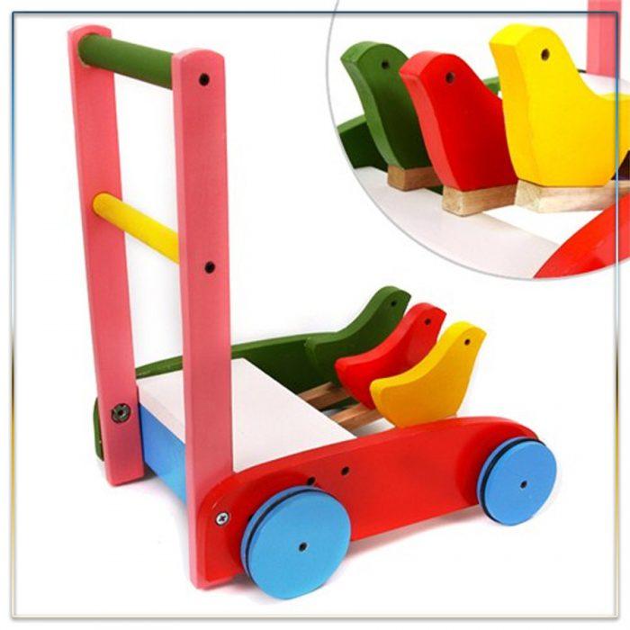 Xe em bé tập đi bằng gỗ